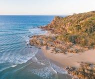 海滨村庄的美好的空中图象有小海滩和柔和的蓝色波浪的 免版税库存图片