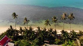 海滨的东方房子 可爱的东方村庄和绿色位于风平浪静海岸的可可椰子寄生虫视图  影视素材