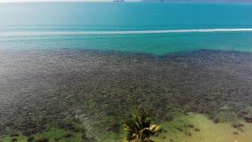 海滨的东方房子 可爱的东方村庄和绿色位于风平浪静海岸的可可椰子寄生虫视图  股票录像