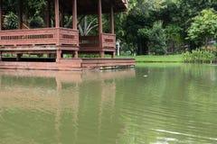 海滨的传统泰国亭子在庭院里 泰国眺望台ne 免版税库存照片