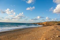 海滨的美丽的景色在日落的在软的金黄光 T 免版税库存照片