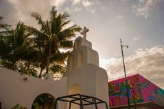 海滨DEL卡门,墨西哥,里维埃拉,广场市长:在棕榈树背景的天主教  免版税库存照片