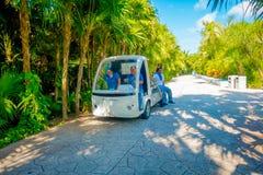 海滨DEL卡门,墨西哥- 2017年11月12日:一辆小汽车的未认出的人在一个playacar邻里, Playa del 免版税库存图片