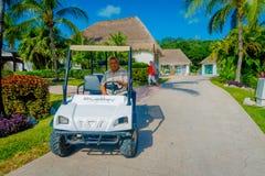 海滨DEL卡门,墨西哥- 2017年11月12日:一辆小汽车的未认出的人在一个playacar邻里, Playa del 免版税库存照片