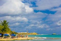 海滨del卡门,墨西哥- 2018年1月10日:享用一个典型,但是美丽的加勒比海滩的未认出的人民在 免版税库存图片