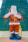 海滨del卡门,墨西哥- 2018年1月10日:圣诞老人s的室外看法clous在一棵巨大的绿色christmast树前面 免版税库存照片