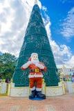 海滨del卡门,墨西哥- 2018年1月10日:圣诞老人s的室外看法clous在一棵巨大的绿色christmast树前面 库存图片