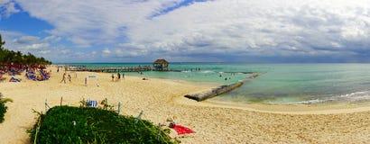 海滨del卡门,墨西哥- 2018年1月10日:未认出的人全景海滩游泳和晒日光浴的 库存照片