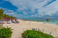 海滨del卡门,墨西哥- 2018年1月10日:海滩游泳的人们和晒日光浴在日落的海滨del卡门 免版税库存图片