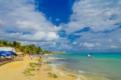 海滨del卡门,墨西哥- 2018年1月10日:海滩的未认出的人在日落的海滨del卡门与a 免版税库存图片