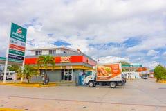 海滨del卡门,墨西哥- 2018年1月10日:许多汽车室外看法在一个加油站停放了在海滨del卡门 图库摄影