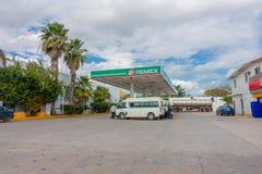 海滨del卡门,墨西哥- 2018年1月10日:许多汽车室外看法在一个加油站停放了在海滨del卡门 库存照片