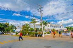 海滨DEL卡门,墨西哥2018年1月01日:走在市政宫殿的户外的未认出的人民Playa del的 免版税图库摄影