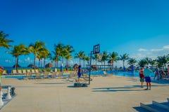 海滨DEL卡门,墨西哥- 2017年11月09日:走接近游泳池的室外观点的未认出的人民 免版税库存图片