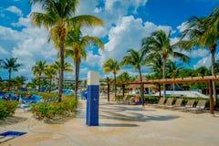海滨DEL卡门,墨西哥- 2017年11月09日:Playacar海滩的未认出的游人在加勒比海的在墨西哥 免版税图库摄影