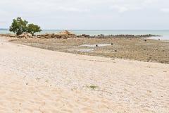 海滩、岩石区和海运。 库存照片