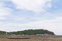 海滩、岩石区和海运。 免版税库存照片