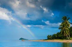 海滩、海岛和彩虹,椰子树,泰国 免版税库存照片