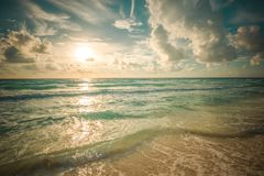 海滩、海运和深蓝天 免版税图库摄影