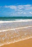海滩、海运和深蓝天 免版税库存图片