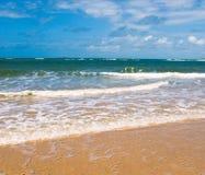 海滩、海运和深蓝天 库存照片