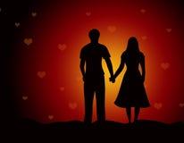 海滩一起走夫妇的恋人 免版税库存图片