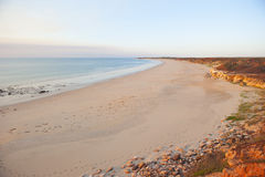 海滩不尽的形成红色岩石 免版税库存图片