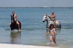 海滩与小女孩的骑士 免版税库存照片