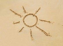 海滩与简单的太阳图画的沙子表面 免版税库存图片