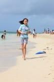 海滩中国女孩运行中 免版税库存图片