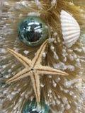 海滩主题的圣诞节装饰了树特写镜头 免版税库存照片