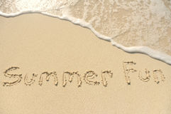 海滩乐趣书面的沙子夏天 图库摄影