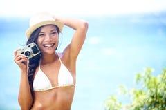 海滩乐趣人-有照相机的妇女 免版税库存图片