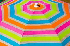 海滩五颜六色的伞 免版税库存照片
