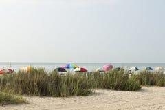 海滩五颜六色的加州桂伞 免版税库存照片