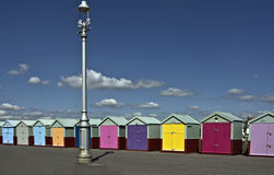 海滩五颜六色的小屋 库存照片