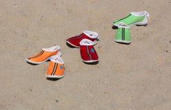 海滩五颜六色的拖鞋 库存照片