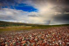 海滩五颜六色的石头 免版税库存照片