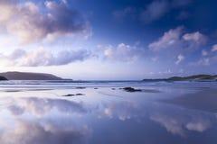 海滩五颜六色的苏格兰日落 免版税图库摄影