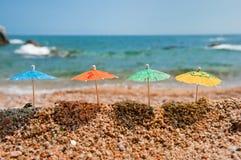 海滩五颜六色的遮阳伞树荫 免版税库存照片
