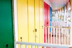 海滩五颜六色的门小屋 库存图片