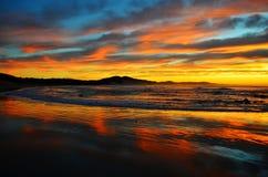 海滩五颜六色的nahoon海洋日出 免版税库存图片