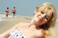 海滩享用放松海运 免版税库存照片