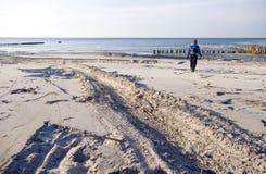 海滩人员走 免版税库存图片