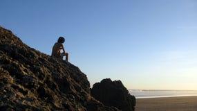 海滩人现出了轮廓 免版税库存照片