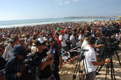 海滩人群活动supertubos 免版税图库摄影