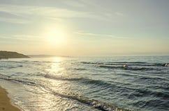 海滩从Albena,有金黄沙子的保加利亚的黑海,蓝色 免版税图库摄影