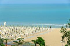 海滩从Albena,有金黄沙子的保加利亚的黑海,蓝色 库存图片