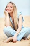 海滩休息的妇女 免版税库存图片