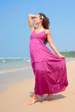 海滩优美的走的妇女 免版税库存图片